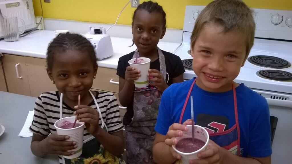 Des campeurs du Centre Walkley avec leurs smoothies uniques! / Campers from Walkley Centre with their unique smoothies!